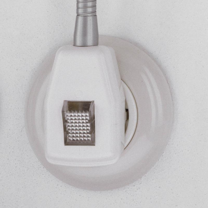 Der Schalter von der Glühwürmchen Delight Steckerleuchte, weiß mit transparenter Wippe