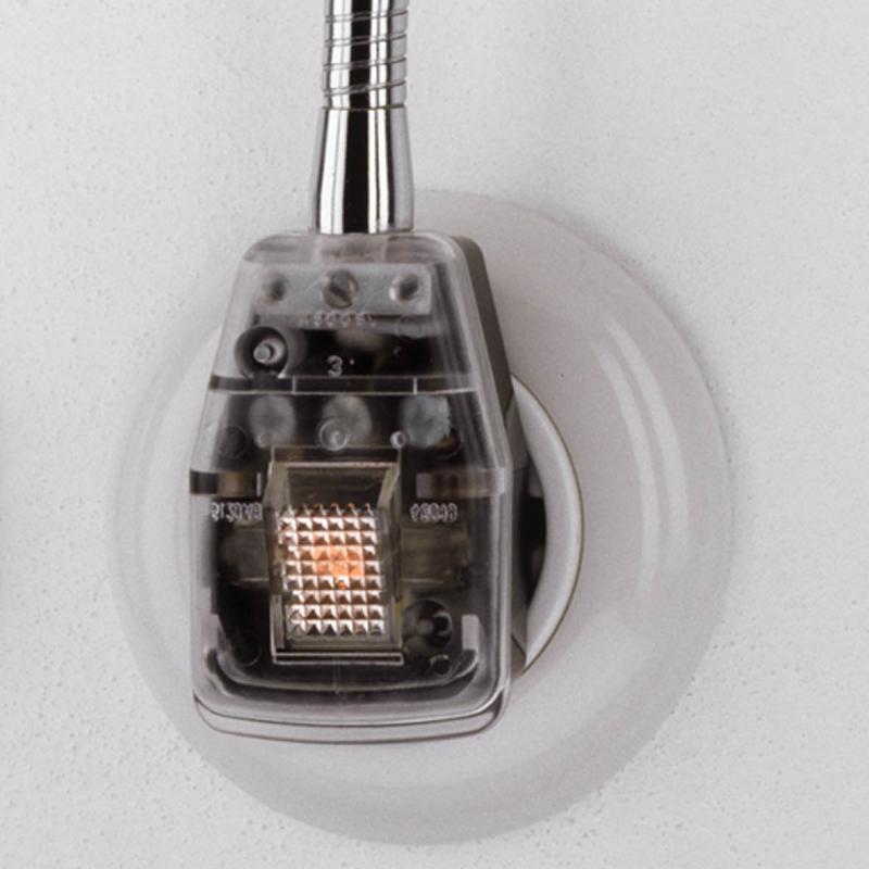 Der Stecker der Glühwürmchen Steckerleuchte DeLuxe mit leuchtender Wippe