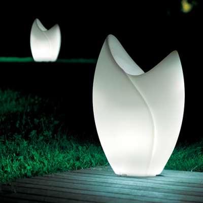 TAO Pflanzgefäß beleuchtet, im Garten aufgestellt